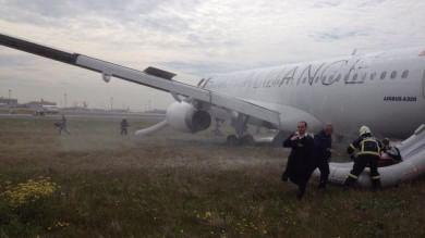 Atterraggio d'emergenza per aereo   foto   Turkish decollato da Milano   video