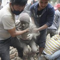 Terremoto in Nepal, sopravvissuti estratti dalle macerie