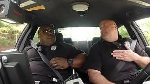 Agente canta al volante la performance diventa un duetto