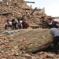 Terremoto Nepal, oltre 3300 morti. Nuova scossa di 6,7 gradi. Un'altra valanga s...