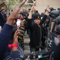Usa, scontri e proteste a Baltimora. Migliaia in piazza per afroamericano Gray. Arresti