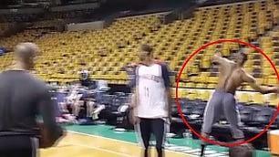Super LeBron James: fa canestro da una parte all'altra del campo