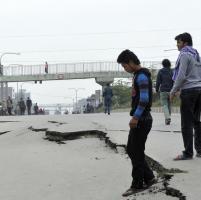 Terremoto in Nepal, le strade si sbriciolano