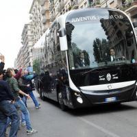 Derby Torino: bombe carte in curva, sassi e calci contro pullman Juve