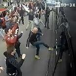 Derby Torino, bomba carta   foto   feriti 11 tifosi granata. 5 arresti Assalto a pullman Juve   video 1     -    2