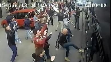 Derby Torino, bomba carta:  feriti 11 tifosi granata   foto   Assalto a pullman Juve   video 1     -   2