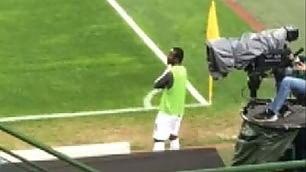 Il 'riscaldamento' di Doumbia Passeggia e guarda la partita