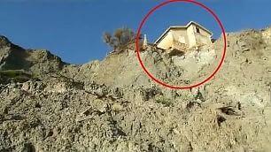 """""""Demolite quella casa in bilico sulla scogliera"""": appello col drone"""