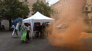 Ancona, contestazione a Salvini  con lancio di bottiglie, uova e pomodori
