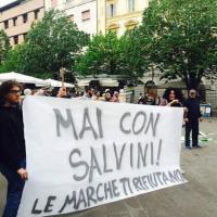 Ancona, lancio di uova e bottiglie contro Salvini