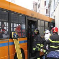 Ancona, autobus contro palazzo: 20 feriti, nessuno in pericolo di vita