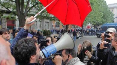 Ancona, contestazione a Salvini   foto   con lancio di bottiglie, uova e pomodori Scontri anche a Macerata, due feriti