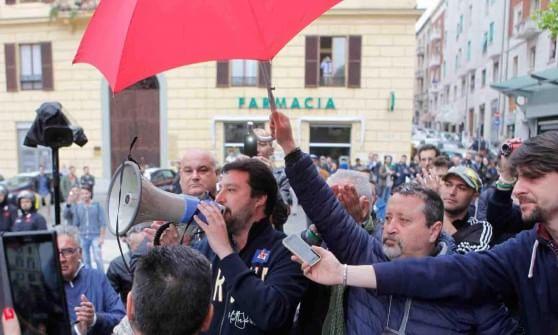 Marche, Salvini contestato ad Ancona e Macerata. Due feriti negli scontri