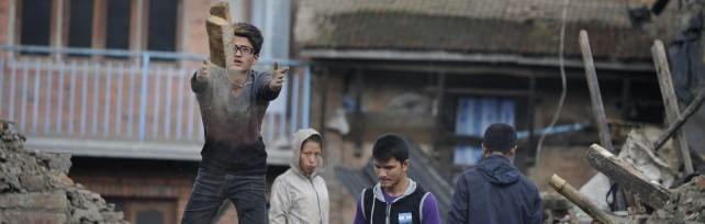 """Nepal, 4100 vittime: corsa contro il tempo Farnesina: """"4 italiani morti, 40 irreperibili""""   Fotoracconto   -   Video  Valanga travolge il campo"""
