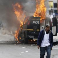 Baltimora, scontri e feriti dopo il funerale dell'afroamericano morto dopo l'arresto