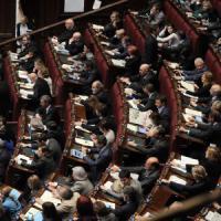 """Italicum, governo pone questione di fiducia, bagarre in aula. Renzi: """"Ci prendiamo le..."""