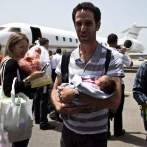 Israele porta a casa i bambini nati da madri surrogate in Nepal
