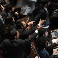 Italicum: governo pone questione di fiducia, bagarre in aula