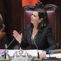 Italicum, il governo pone la fiducia: scoppia bagarre alla Camera