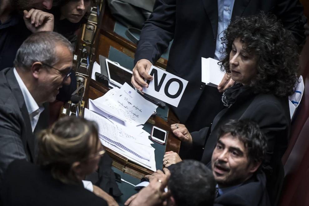 Si vota l 39 italicum deputati sel con il lutto al braccio for Chi vota i deputati