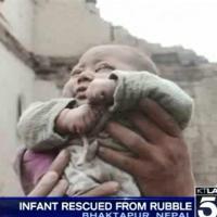 Nepal, la foto simbolo: neonato estratto vivo dalle macerie