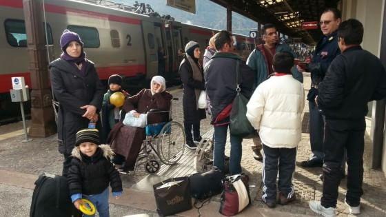 """La caccia al nero sui treni per l'Austria: """"Profughi respinti, è come l'apartheid"""""""