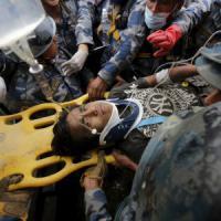 Nepal, tre donne e un 15enne estratti vivi dalle macerie