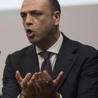 """Expo, Renzi: """"Quattro teppistelli non rovineranno festa"""". Salvini: """"Dimissioni a sorte..."""
