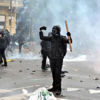 """Il diario di un black bloc: """"Loro sprecano miliardi e noi odiamo tutti. Ecco come li..."""