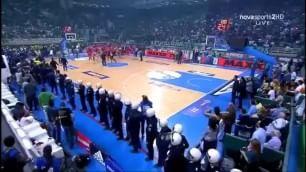 Tifosi del Panathinaikos attaccano la panchina dell'Olympiacos