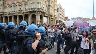 """Bologna, Renzi ai contestatori """"Non ho paura, cambierò l'Italia""""    video"""