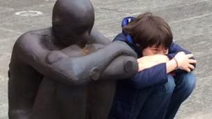 In posa come le sculture Visitatori fanno le statue
