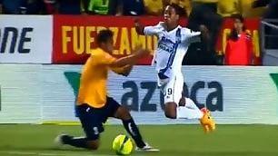 Ronaldinho, dribbling e tuffi che vergogna la simulazione