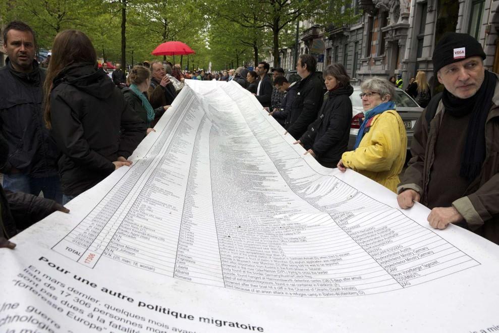 Protesta al Parlamento europeo: una lista di 100 metri con i nomi dei migranti annegati