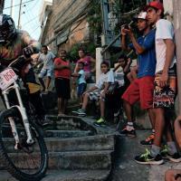 Brasile, la gara in mountain bike: acrobazie tra le favelas