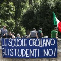 """Aule vuote, i prof in piazza: """"Questa non è la scuola che vogliamo"""". Renzi: """"Dialoghiamo"""""""