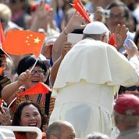 Vaticano, il Papa scende dalla jeep per salutare pellegrini cinesi