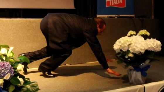 """Genova, Berlusconi inciampa sul palco: """"Questa è la sinistra"""""""