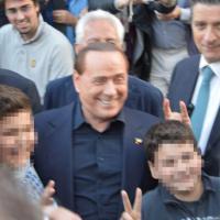 Berlusconi a Rapallo, scatto con le corna dietro al bambino