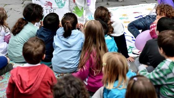"""Il bimbo di quattro anni che fa il saluto fascista: """"I genitori lo correggano o lo cacceremo dall'asilo"""""""