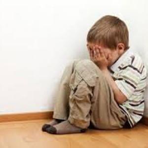 Trascurati e spettatori delle liti dei genitori: il dramma dei bambini maltrattati in Italia
