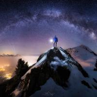 Sotto un mare di stelle: autoritratti nel cielo notturno