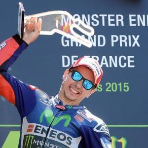 MotoGp, Lorenzo batte Rossi e domina il Gp di Francia