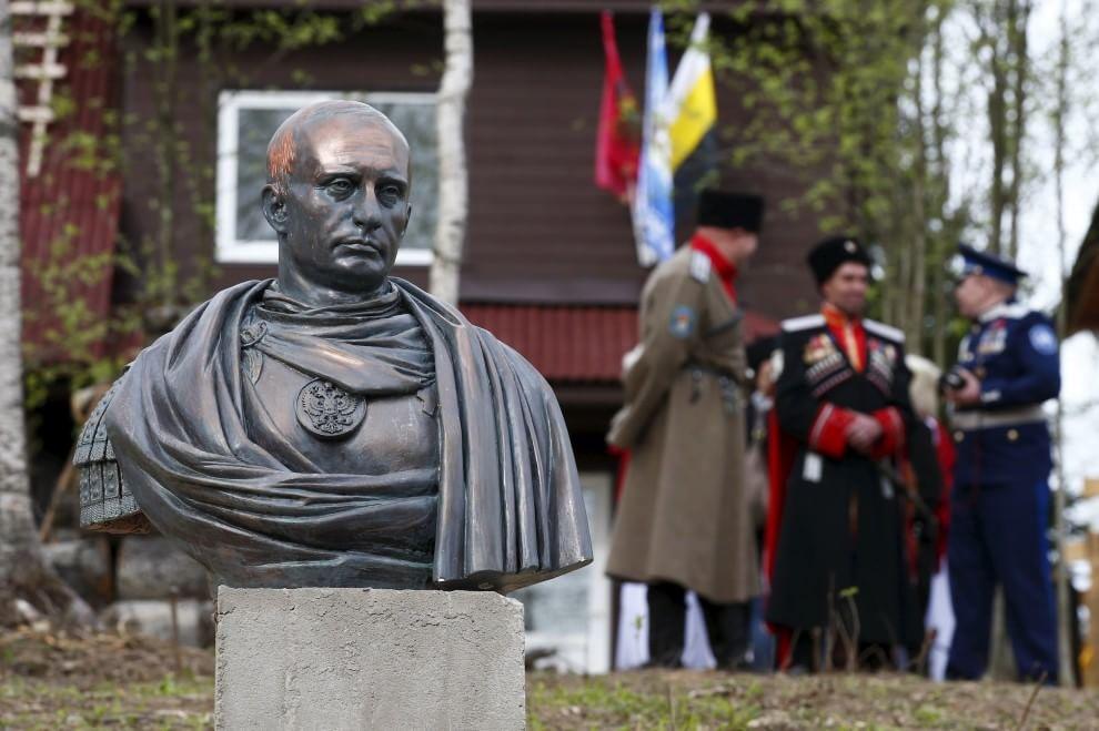 Putin come un imperatore, il busto è un tributo dei cosacchi