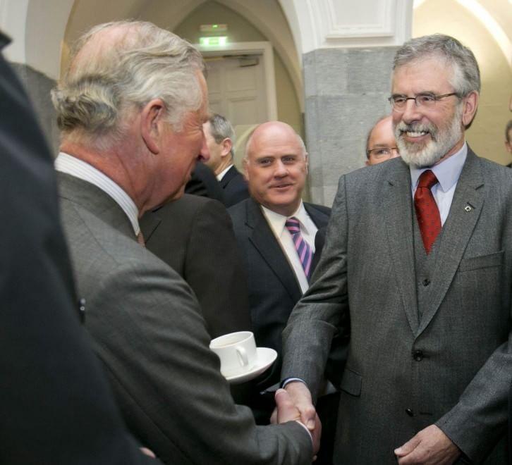 Irlanda, la stretta di mano tra il principe Carlo e Gerry Adams
