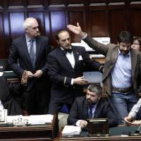 Bagarre alla Camera: Boldrini espelle deputati M5s