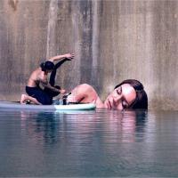 Bella addormentata sull'acqua: la street art è galleggiante