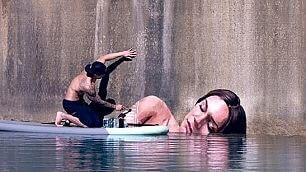 Bella addormentata sull'acqua la street art è galleggiante
