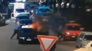 Scicli, ferma auto carabinieri  e dà fuoco: arrestato 39enne