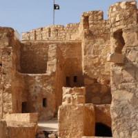 Palmira, militanti dell'Is nel museo . Bandiera nera sulle rovine